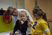 Kindergartenkinder besuchen die Kinderklinik